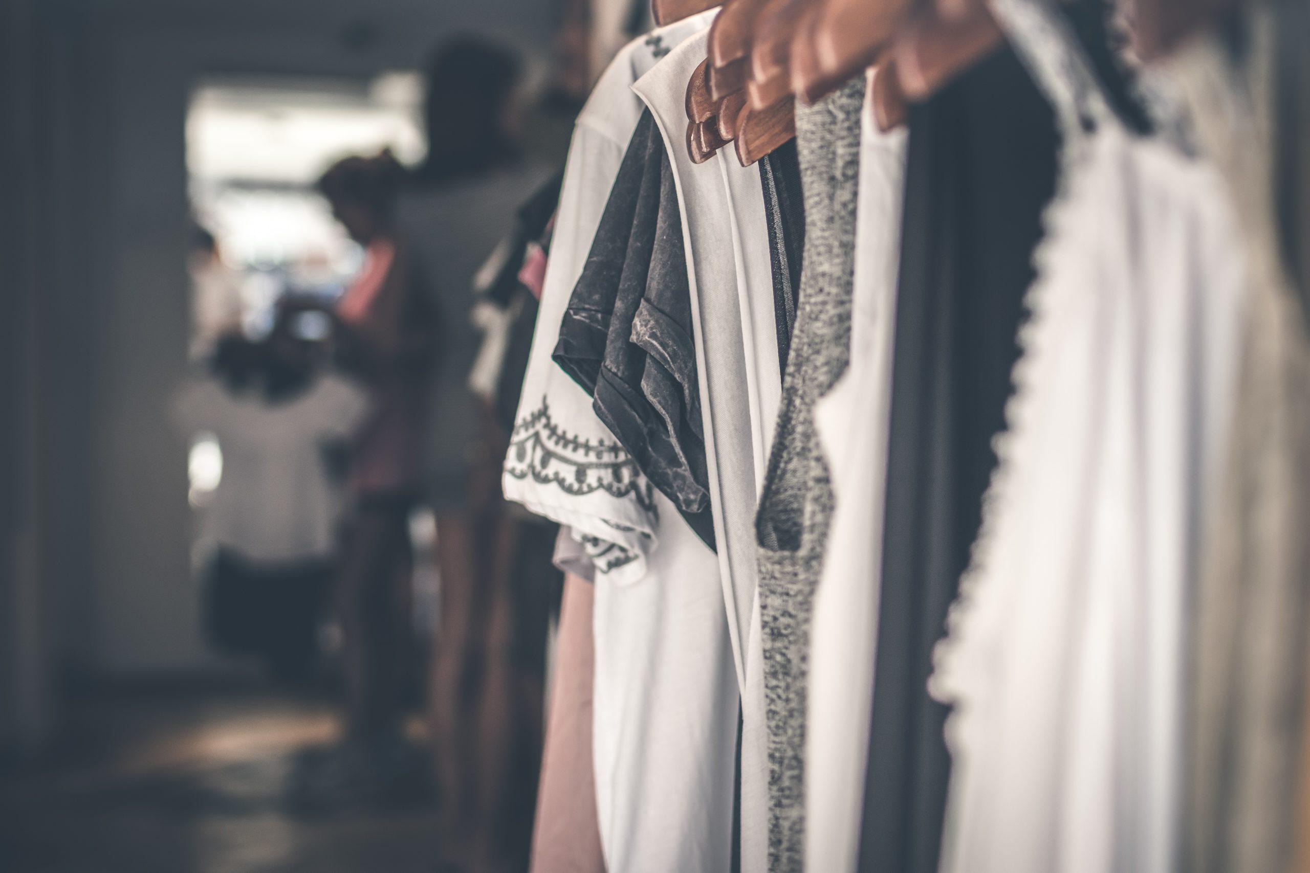 【ミニマリストのクローゼット】服をスッキリ収納する4つのポイント